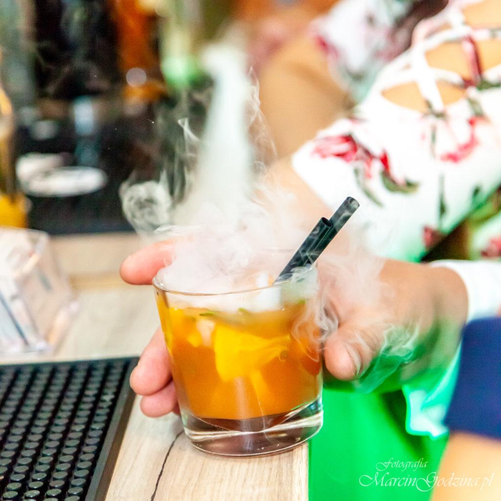 Dymiący drink z baru weselnego. Ekskluzywne drinki bez alkoholu. Fotografia Śubna