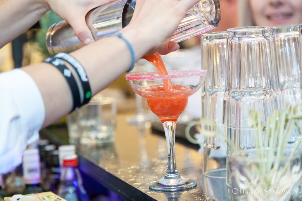 Nalewanie drinków w czasie Wesela. Fotografia Ślubna i rodzinna.