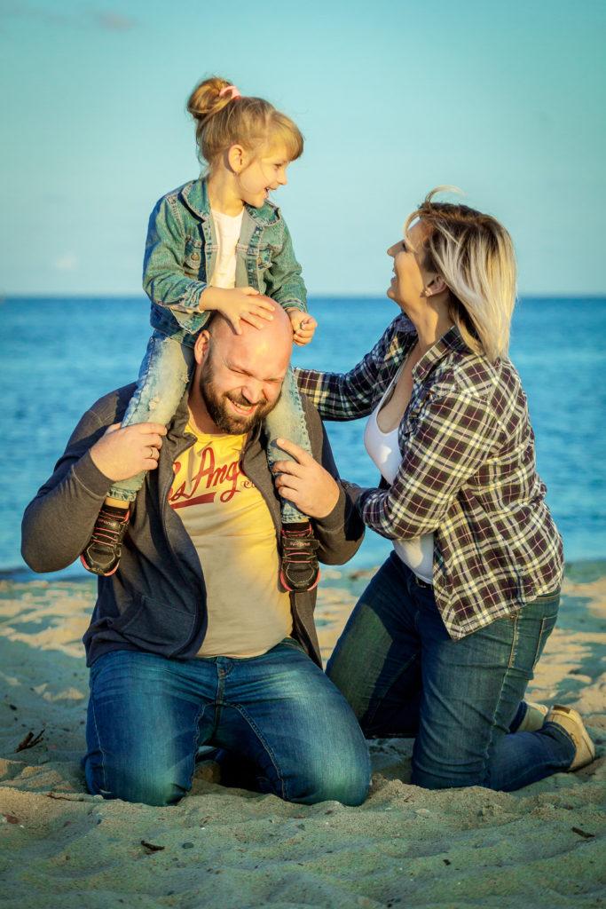 Szczęśliwa rodzina na plaży. Fotografia Rodzinna