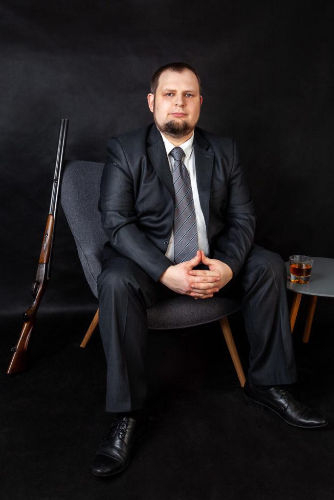 Marcin Godzina - autoportret. Garnitur na fotelu. Fotografia Ślubna i Rodzinna